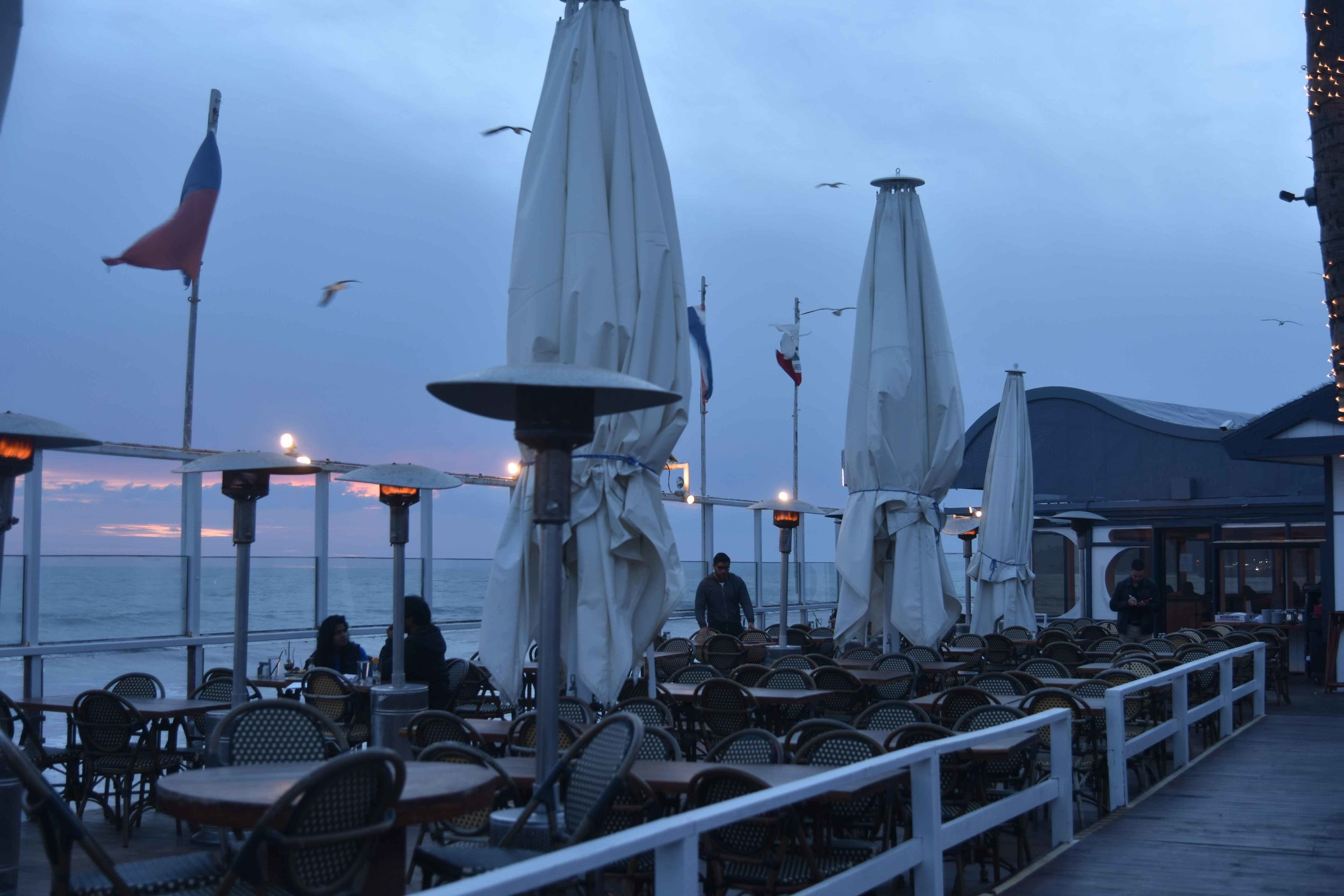 Gladstones, beach restaurant, Pacific Coast Highway Beach, Pacific Palisades, CA. Image©thingstodot.com