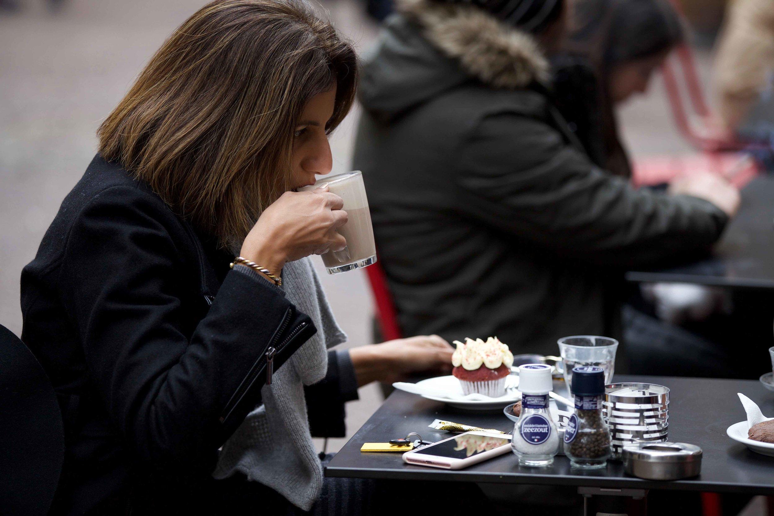 Red velvet cake, chai latte, De Drie Graefjes, Amsterdam. Photo: Fabio Ricci. Image©thingstodot.com