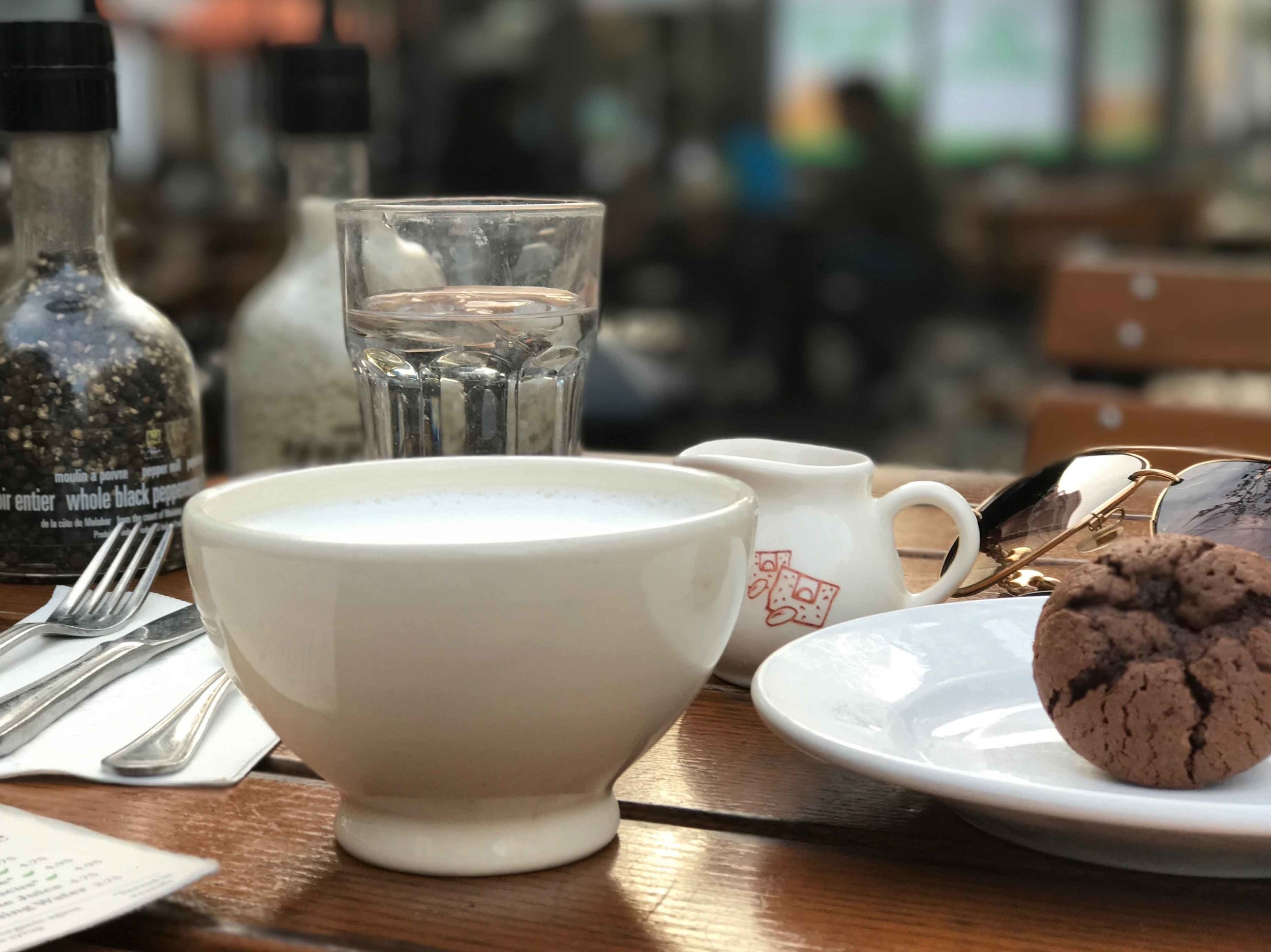 Le Pain Quotidien, hot chocolate bowl, chocolate muffin. Image©thingstodot.com