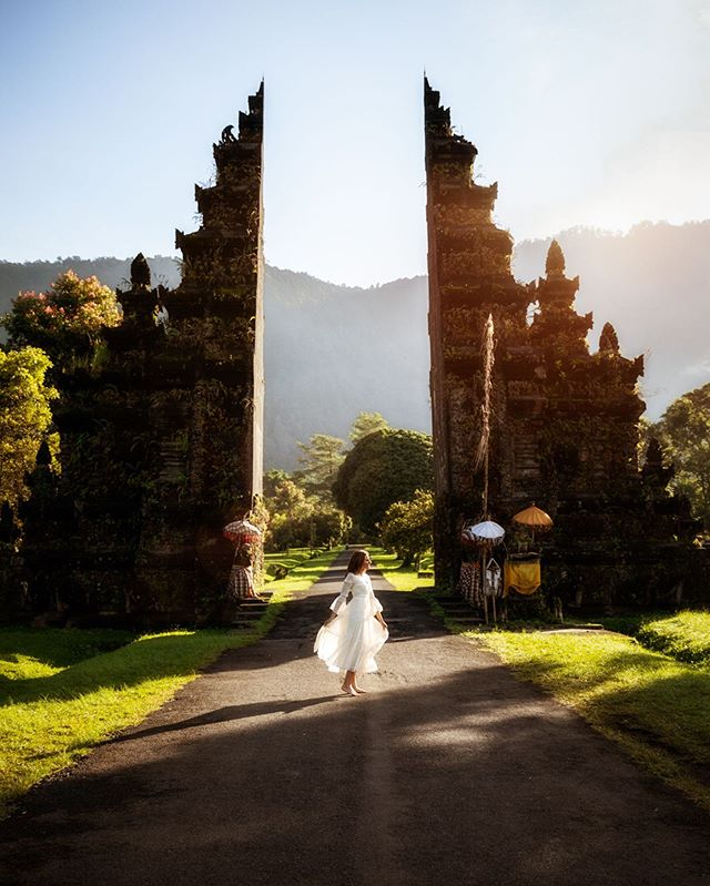 One of the most popular Instagram spots in Bali is the Handara Gate which is actually the entrance to a golf resort. The gate designed in the traditional Hindu style, symbolizes the entrance from the restless outer world to a place of peace (mostly a temple). Swipe left to check out the drone video. Have you been here? 😀 Photo & video: @adisumerta  #thingstodot #handaragolfresort
