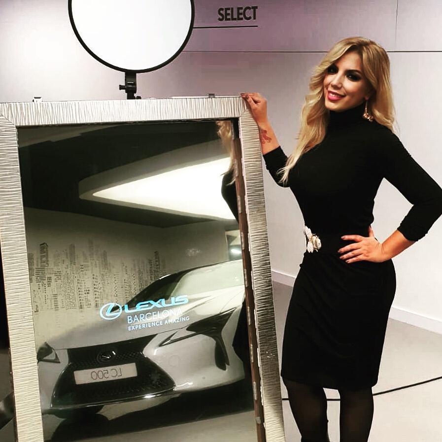 espejomatón Lexus Barcelona junto a Rebeca