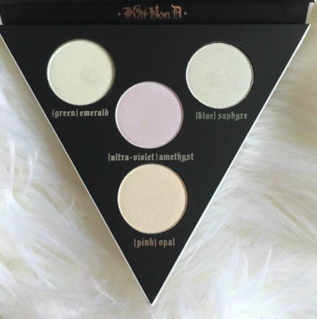 Comes with 4 shades - pink opal, ultra-violet amethyst, green emerald and blue saphyre. First off, I died at the fonts. Her palette just kills me over and over. She draws her own packaging art leh!! Wtf right.  Secondly, this arrangement looks like 2 balls and yknow what and now I can't get that image out of my head 😳🙊 Sozzzzzzz.