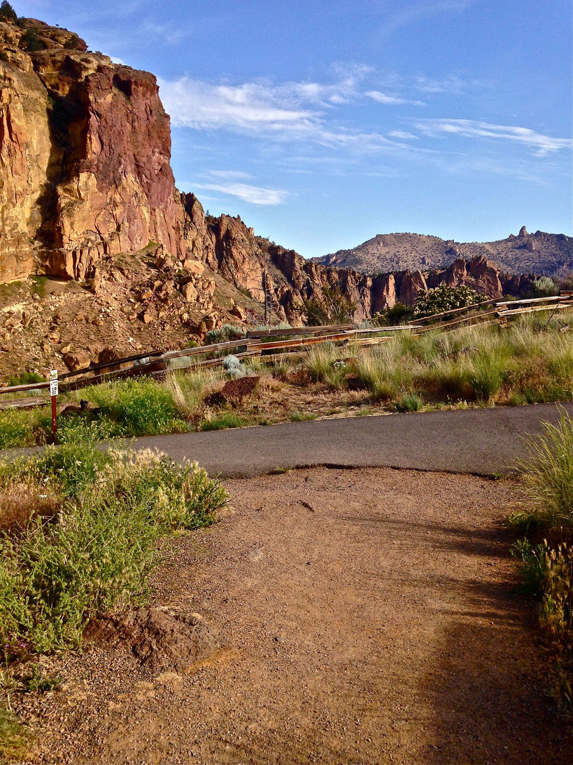 Start of the Rim Rock Trail from the Overlook at Smith Rock State Park.