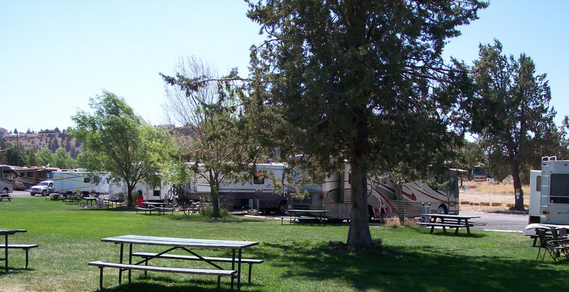 Crooked RIver Ranch RV Park and picnic area courtesy of Crooked RIver Ranch RV Park