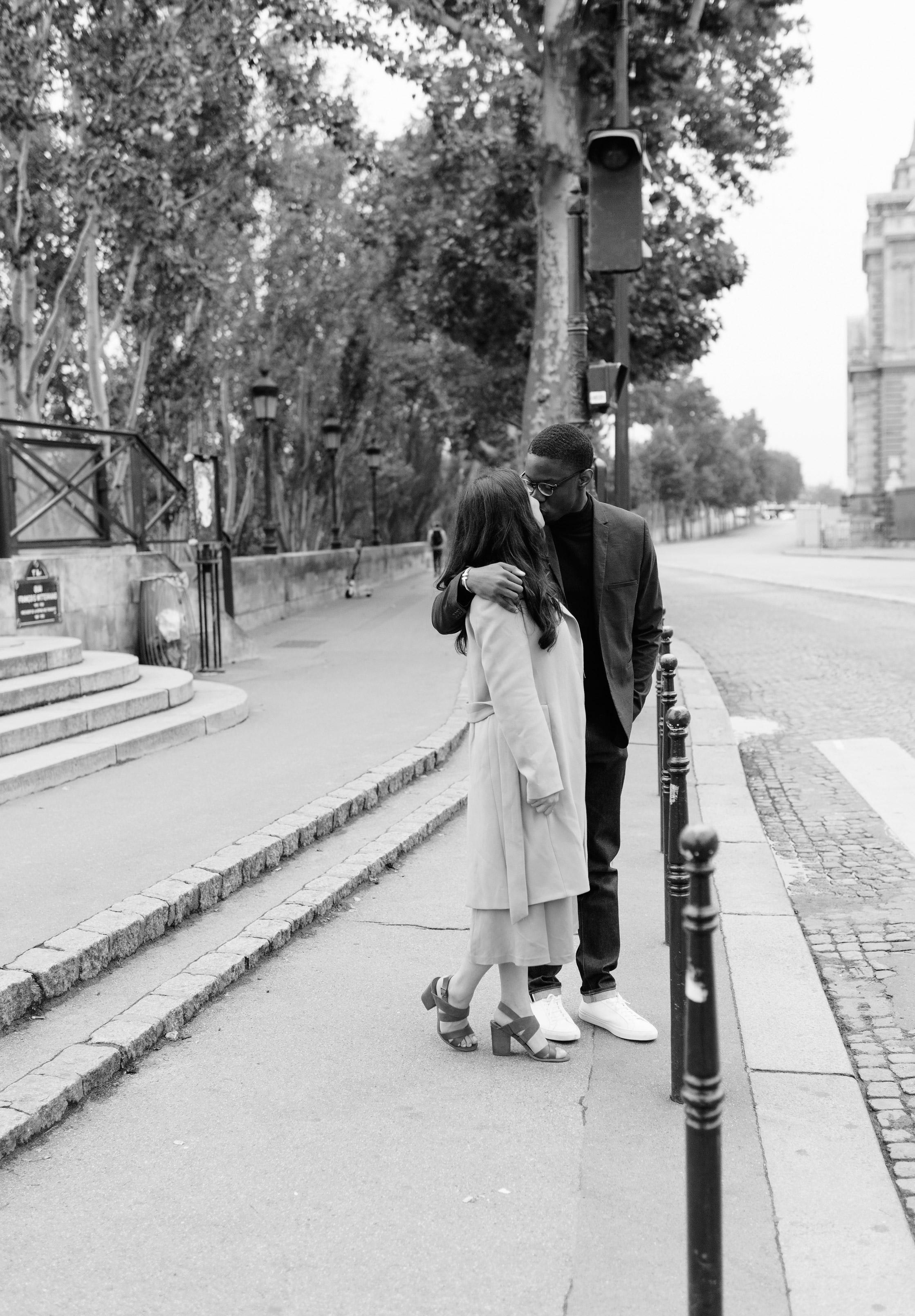 Couple-photoshoot-Paris-Pont-des-arts-Louvre-PalaisRoyale-038.jpg