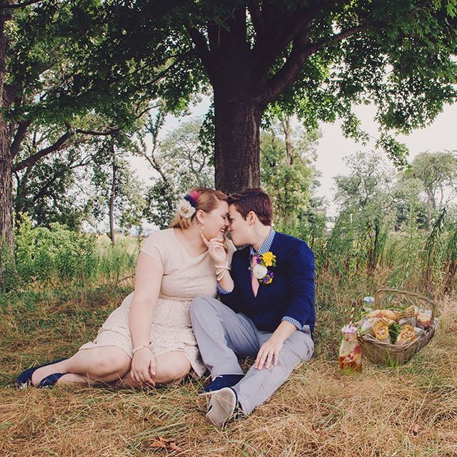 Let's plan an #elopement picnic! Cute basket 🧺 color coordinated napkins, straws, fizzy 🥤 cupcakes 🧁 and kisses 😘 #elopementpicnic #chicagoelopement #illinoiselopement #midwestelopement #elopementwedding #elopementideas #destinationelopement