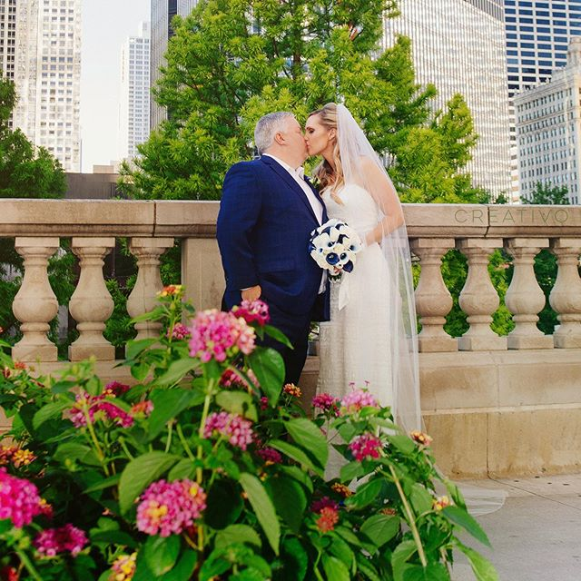 Summer love in the city. #chicagoelopement #chicagowedding #elopementwedding #chicagoelopementphotographer #elopementpackages #microwedding