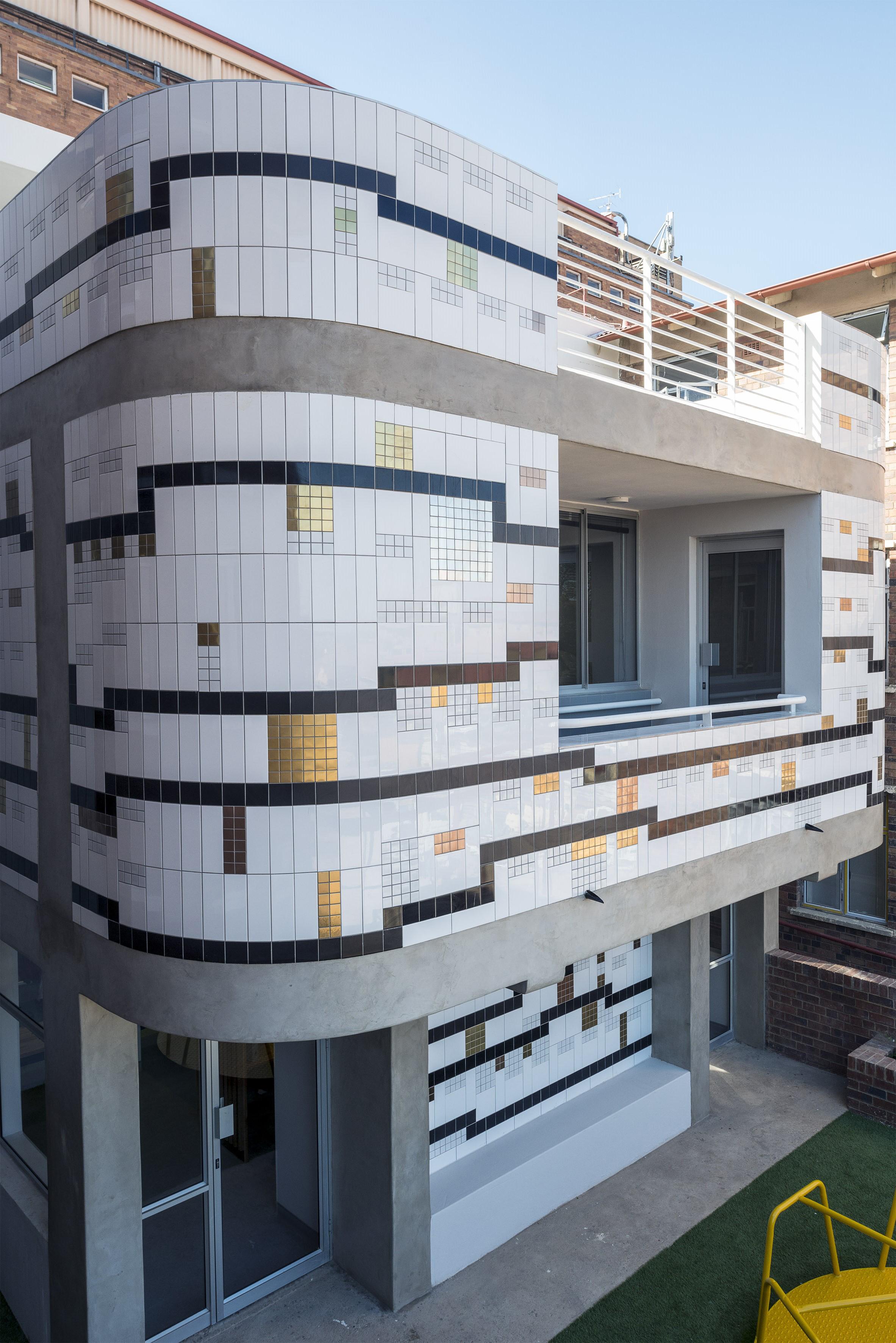 Mural at Rahima Moosa Hospital, Coronationville, Johannesburg, in collaboration with 2610' South Architects, 2016. Contractor Ashley Heron.Photograph : Dave Southwood. Lorenzo Nassimbeni