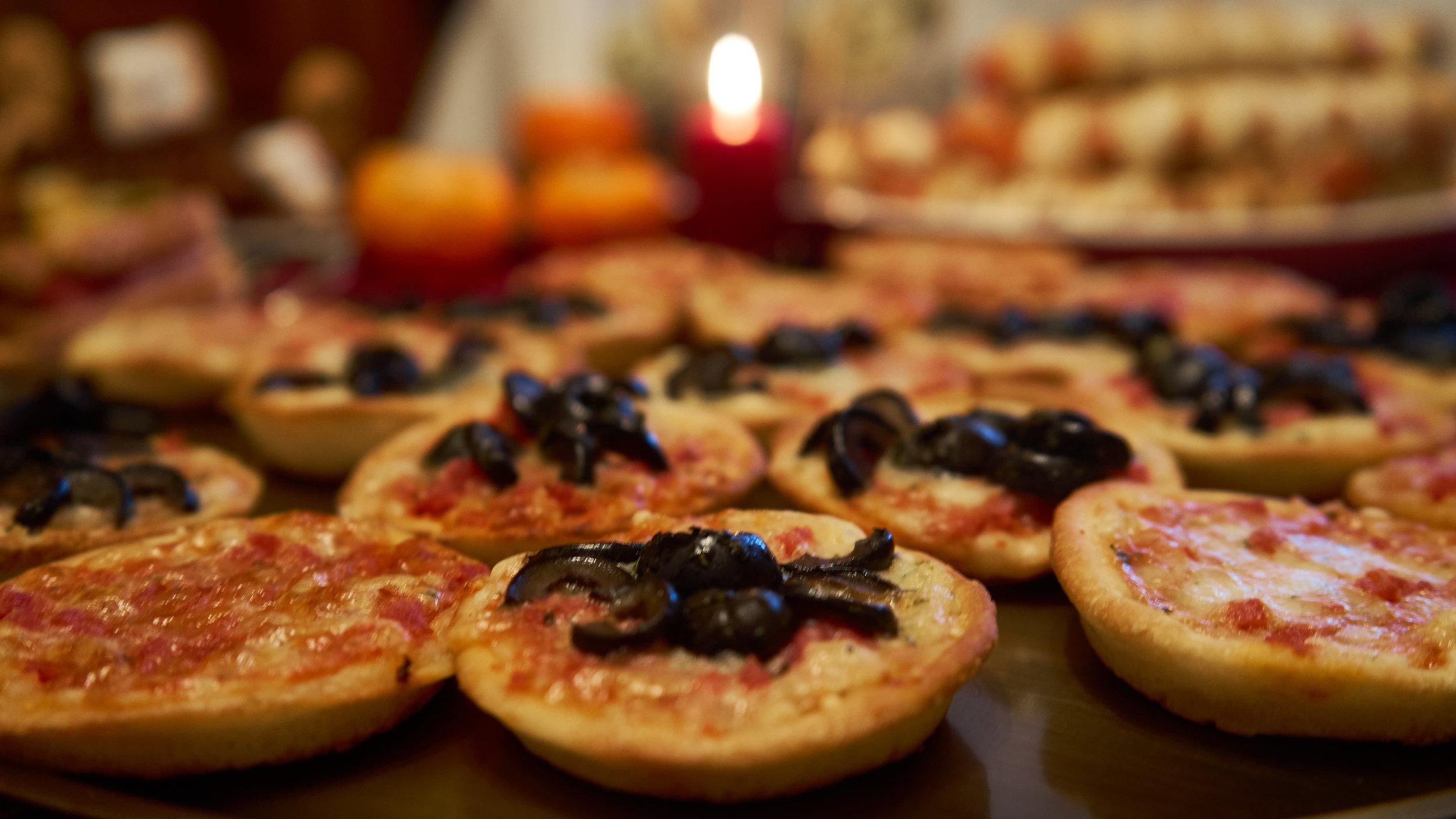 Pizza mit Spinnenbeilage -