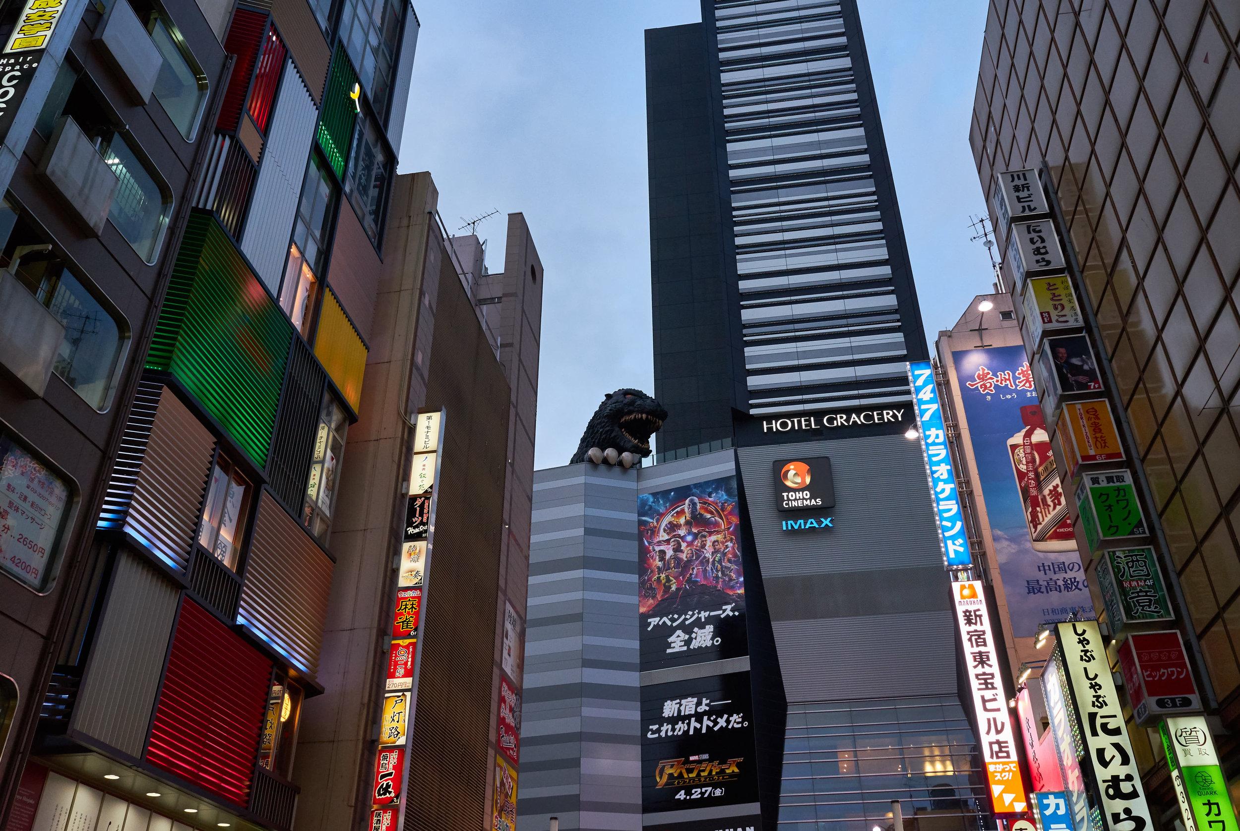 Tokio_Shinjuku_Streets_Godzilla_7_kom.jpg