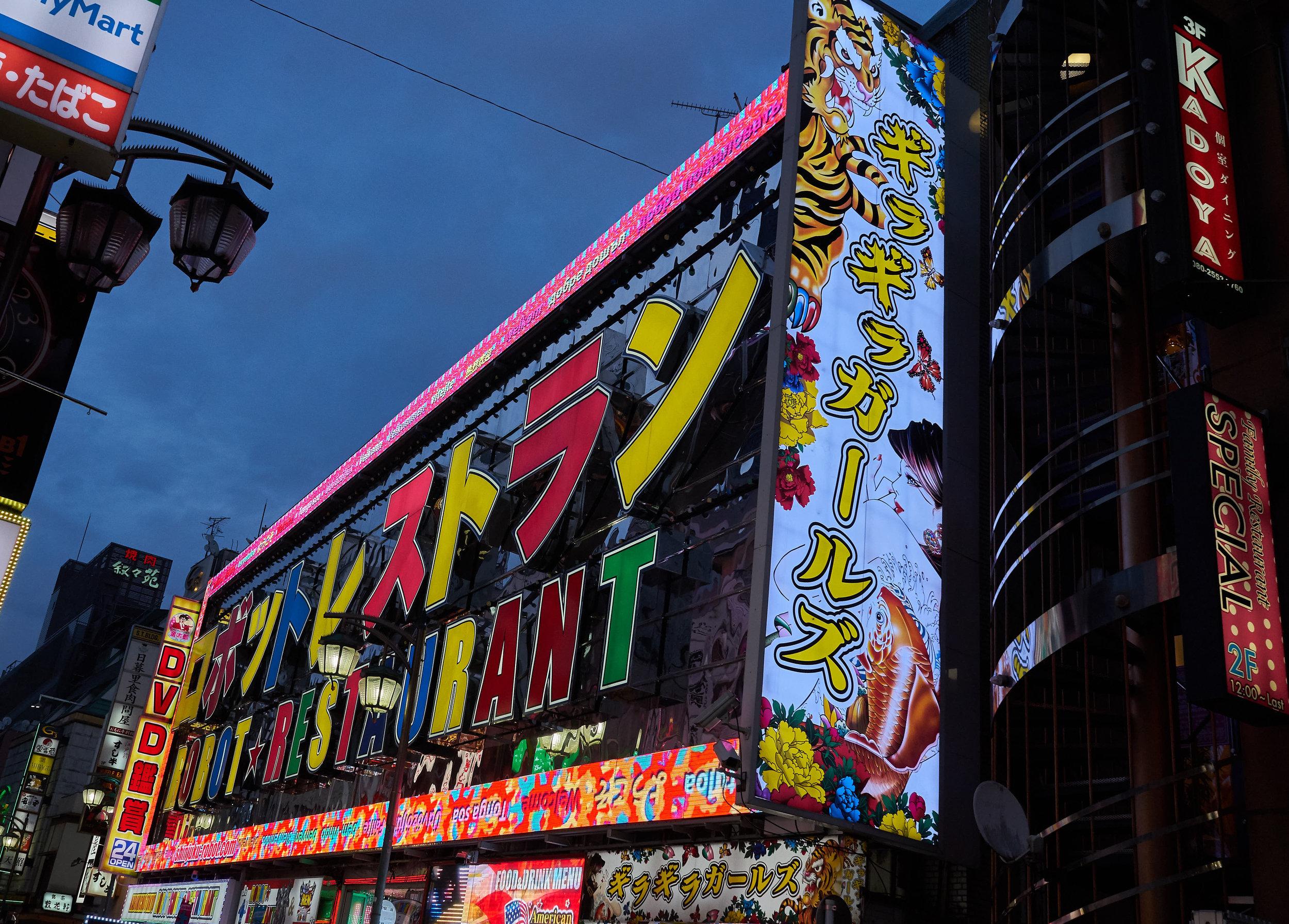 Tokio_Shinjuku_Streets_Robot Restaurant_8_kom.jpg