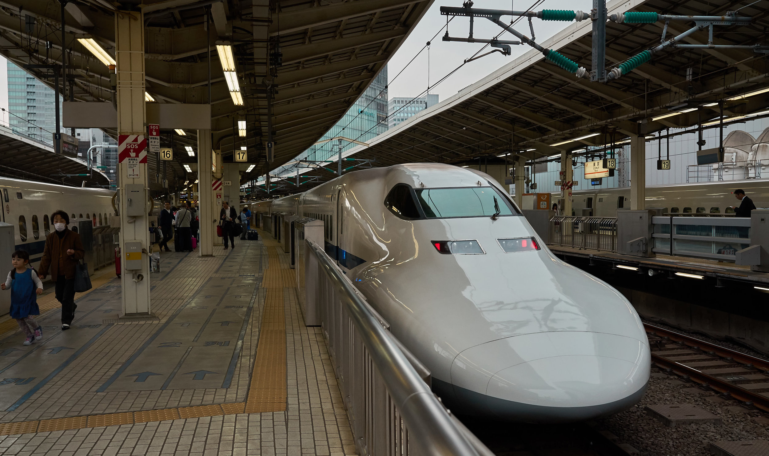 Tokio_Bahnhof_Shinkansen_2_kom.jpg
