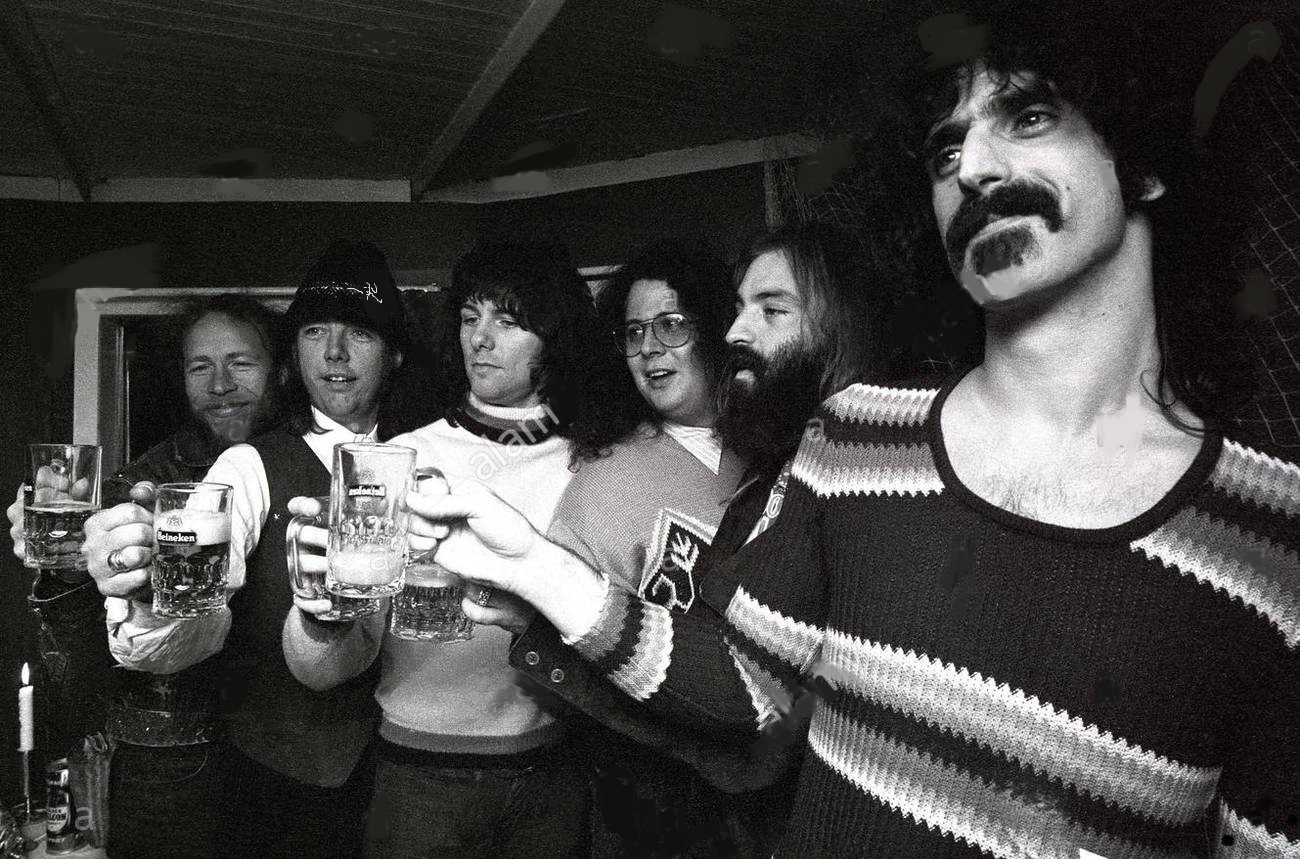 frank-zappa-us-singer-and-musicians-together-with-mothers-of-invention-HGHHKC.jpg
