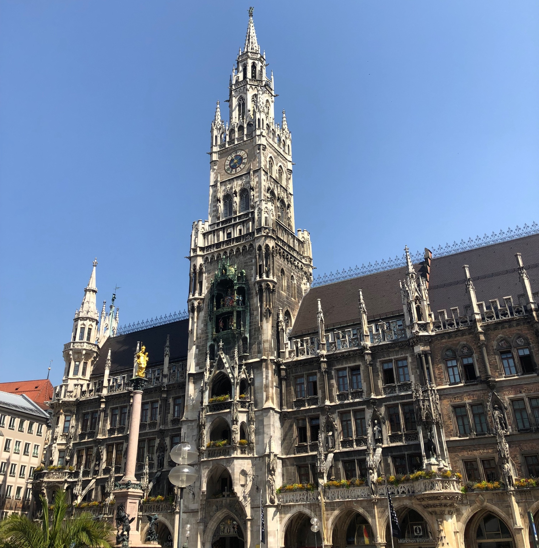 There are five entrances to Ratskeller around the Marienplatz.