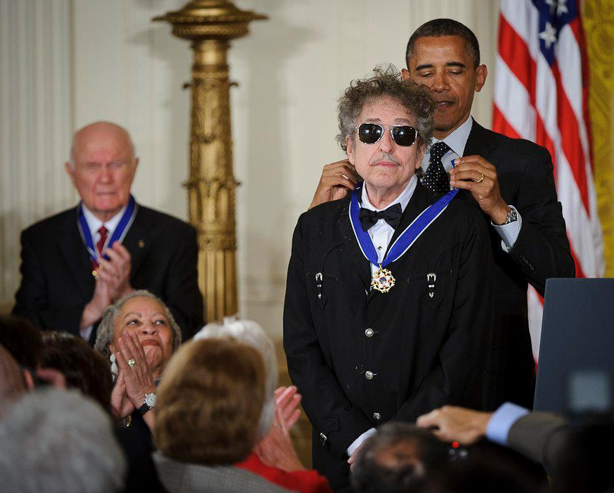 President_Barack_Obama_presents_American_musician_Bob_Dylan_with_a_Medal_of_Freedom.jpg