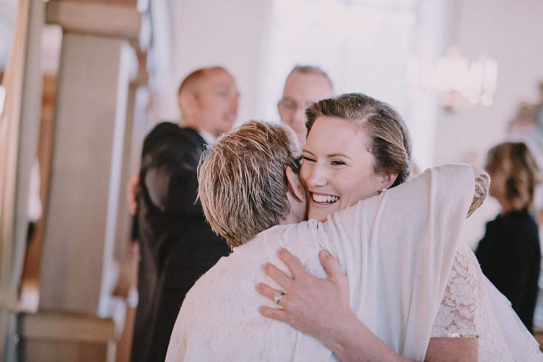Bruden gratuleras efter vigseln i Unnaryds kyrka