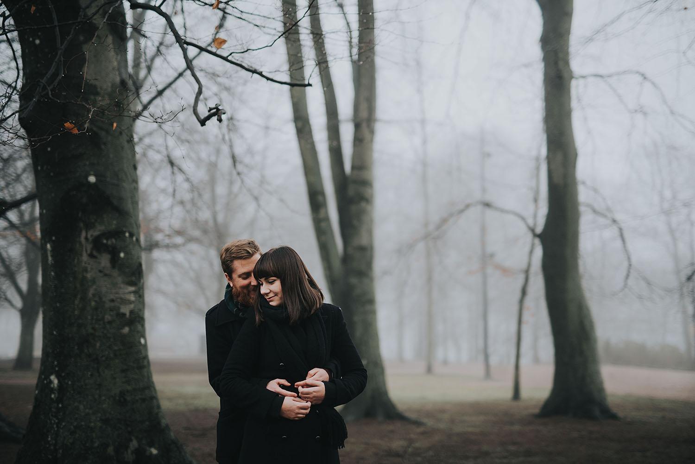 Blivande brudparet fotograferas inför bröllopet i en park i Halmstad när det är dimma