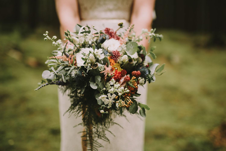 Vild brudbukett med rosor och bär
