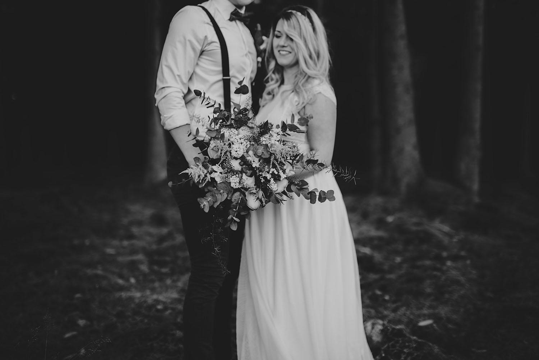 Bohemiskt bröllop i skog i Halmstad