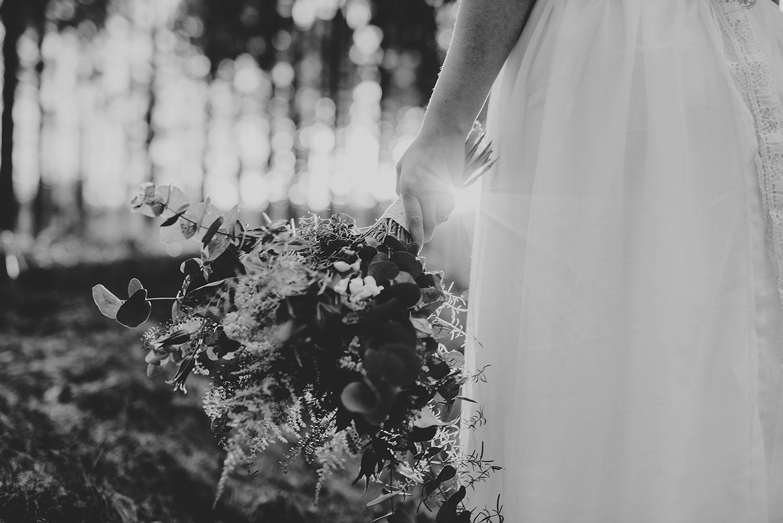 Vild brudbukett med lantligt tema i motljus Hyltebruk