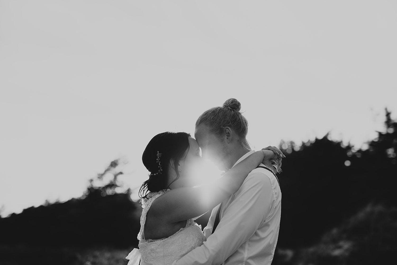 Bröllopsfotografering i bohemsik stil. I solnedgången i Halmstad
