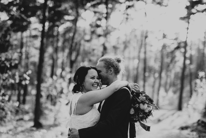Brudpar fotograferas i skogen utanför Halmstad