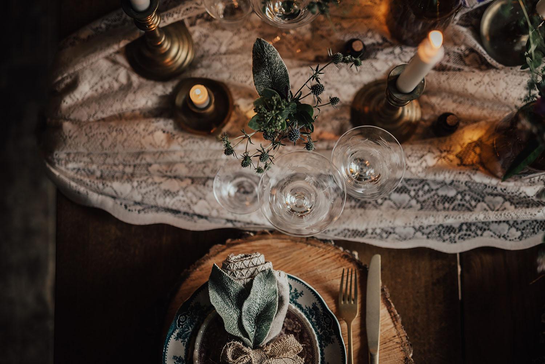 Lantligt bröllop med omaka tallrikar