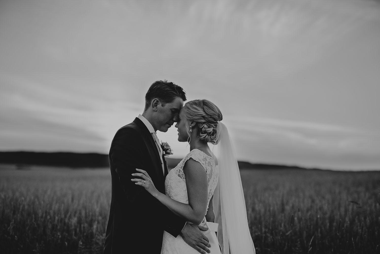 Bröllopsfotografering i kvällsljus med bröllopsfotograf Linnsej Photography