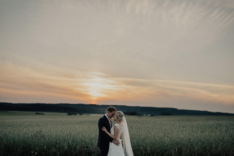 Kvällsporträtt under bröllop i Halmstad med bröllopsfotograf