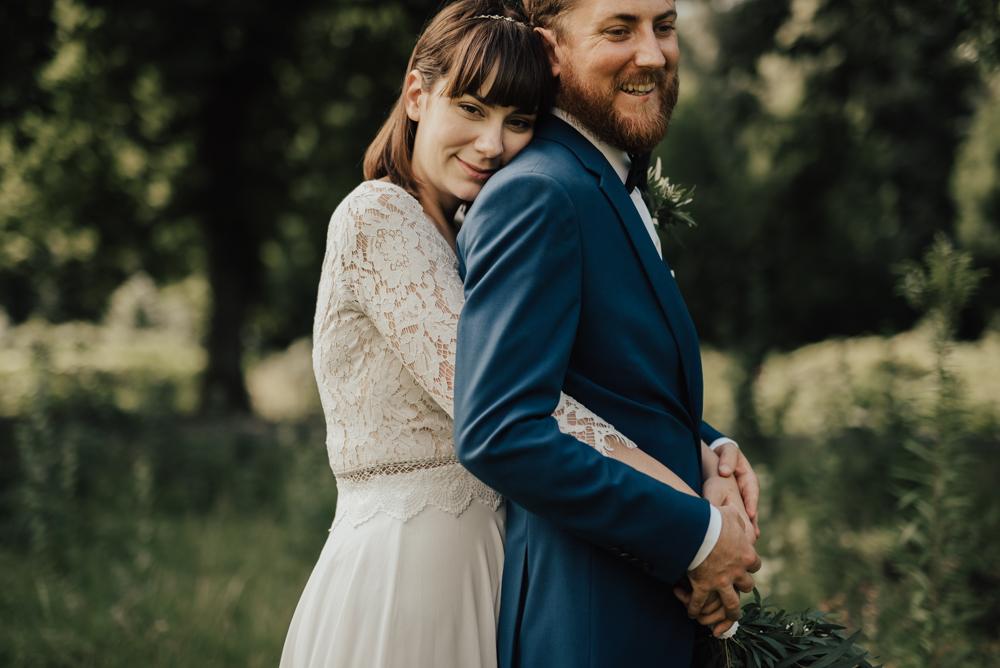 brollopsfotograf-brollopsportratt-brudgum-brollopsklänning-spets-wedding-dress-bohowedding-sommarbrollop