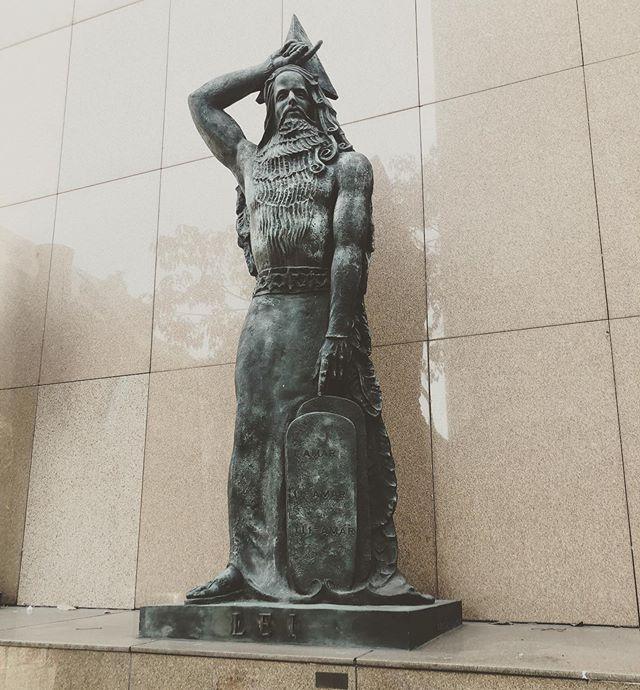 A Lei Brasileira. ⚖️🇧🇷 Impressionante.  E a prática? Alguém sabe a história sobre esta estátua?