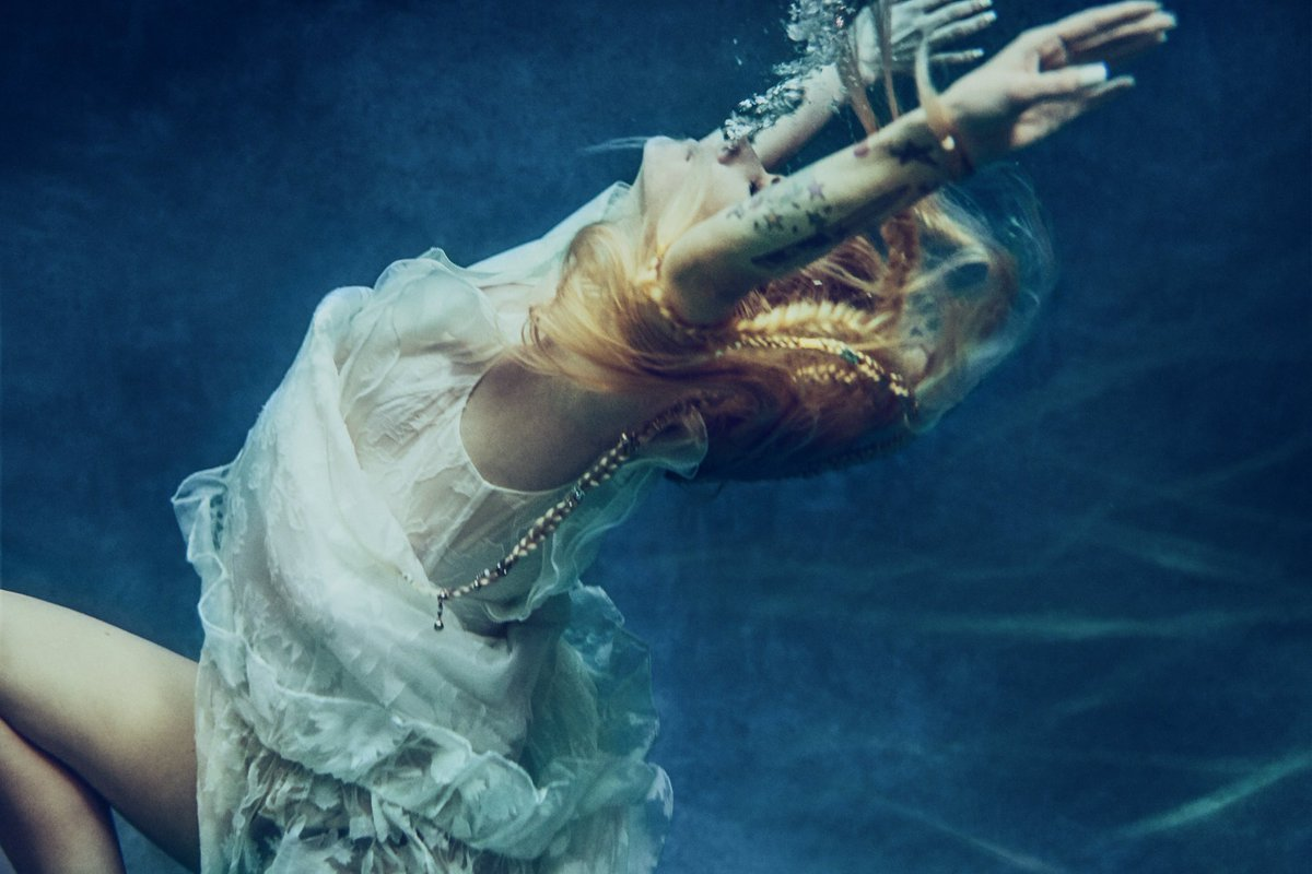 Avril-Lavigne-water-first-image-head-above-water.jpg
