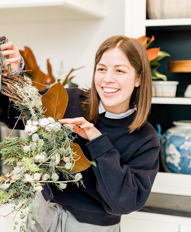Workshop update! Just *8* spots left for our Saturday morning 12/1 class... and just *6* spots left for the 12/6 Thursday evening class!  I've been dreaming up lots of fresh and dried ingredients for this year's wreaths and can't wait to see what you all create! Tag your bff that you want to attend with or even better, surprise them with a ticket ✨💕 Sign up is in the link in our profile 🌿