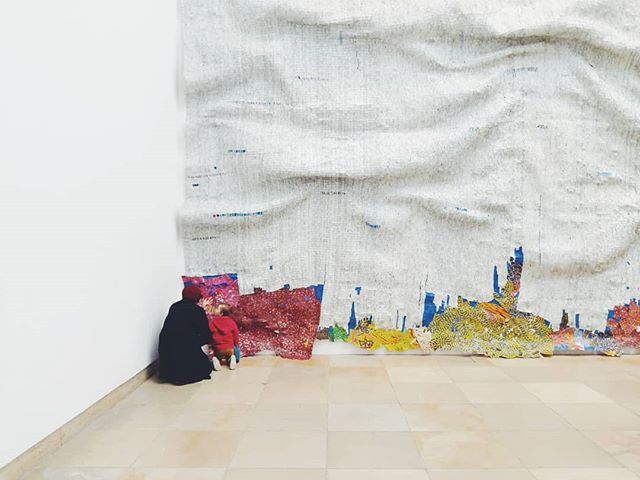 Beautiful exhibition at Haus der Kunst by El Anatsui. Here having a close look with Frida or aka als trying her not to touch it.