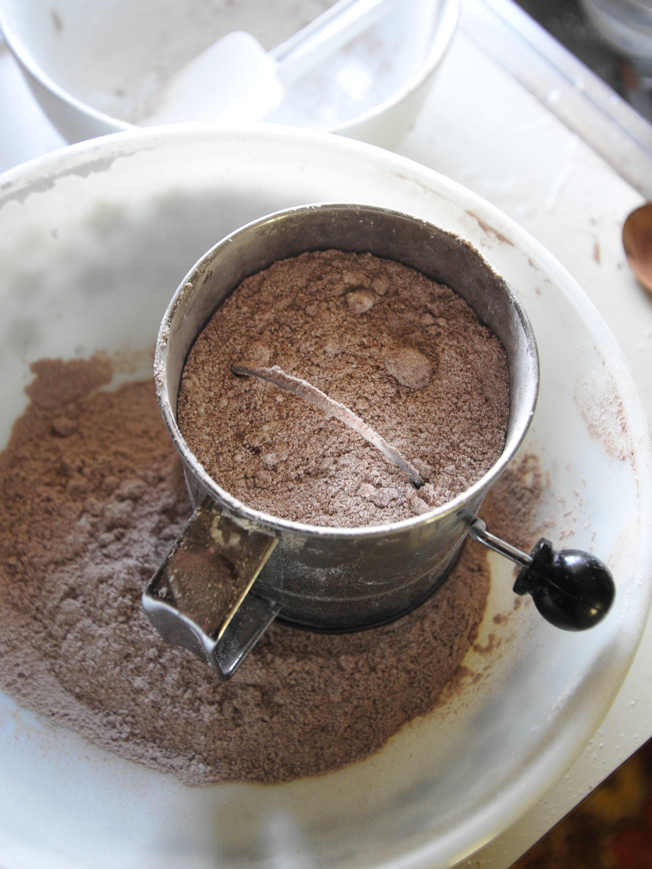 bowtiebaking-chocolate-macarons-1