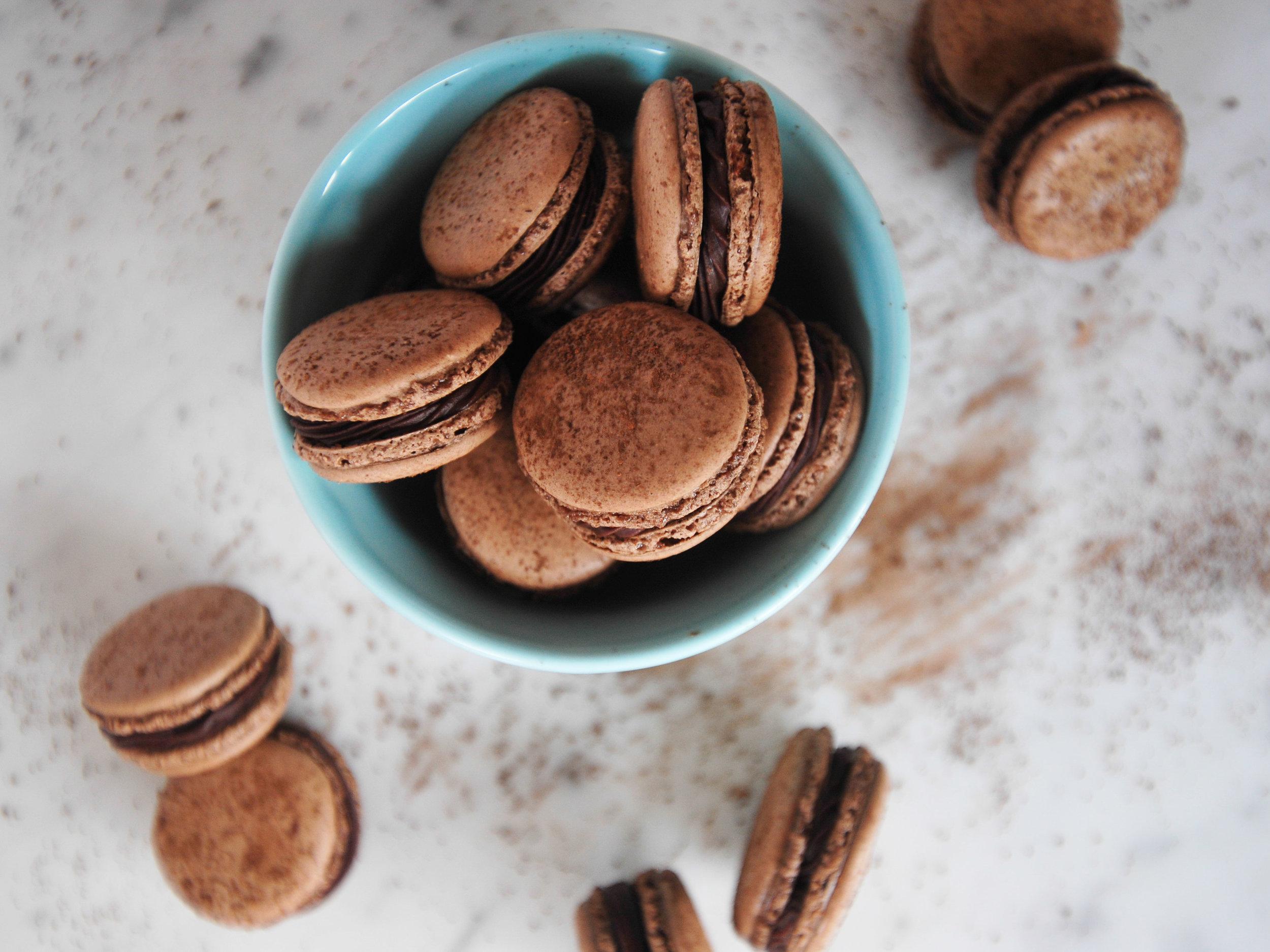 bowtiebaking-chocolate-macarons-5