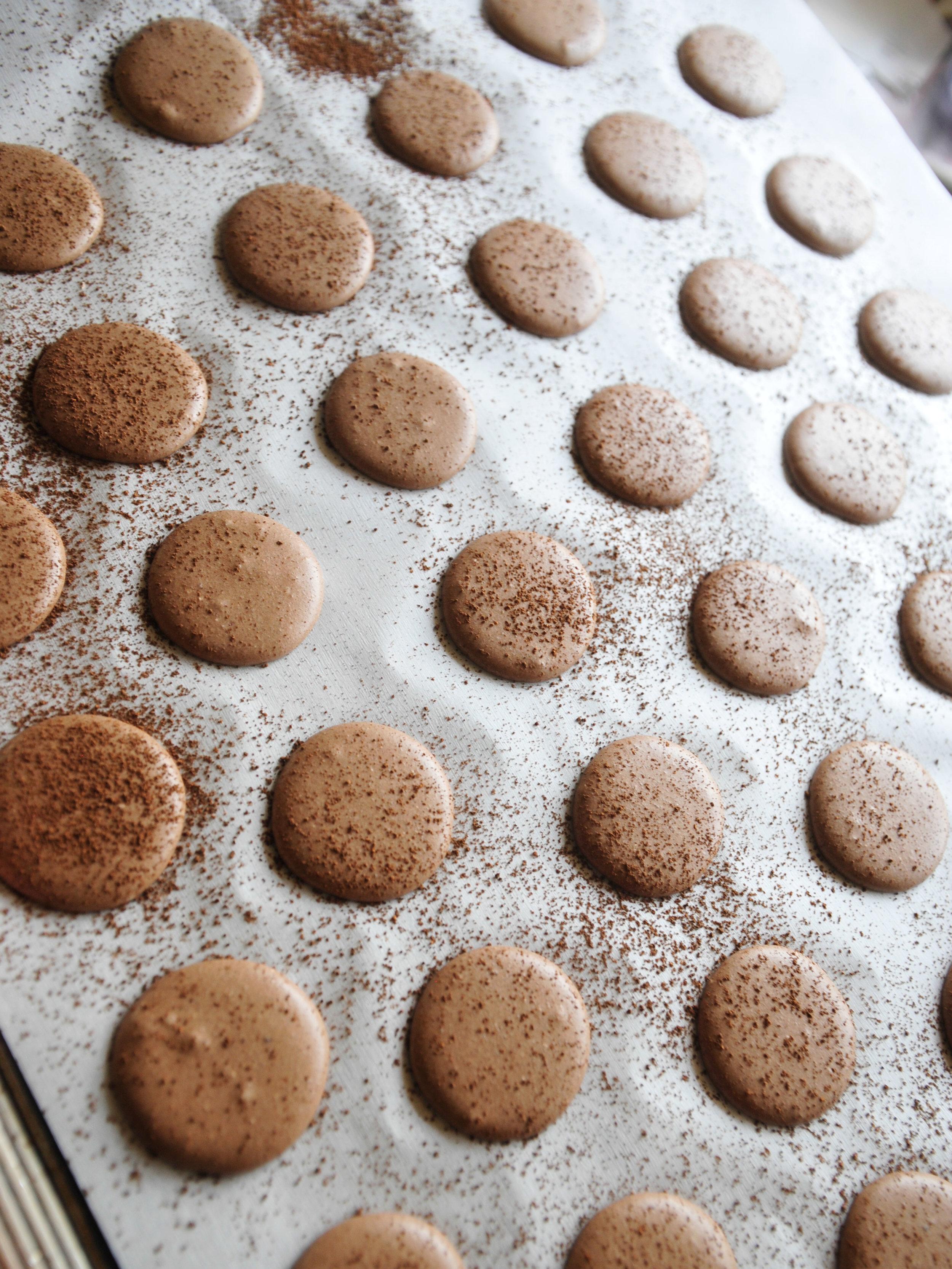 bowtiebaking-chocolate-macarons-4
