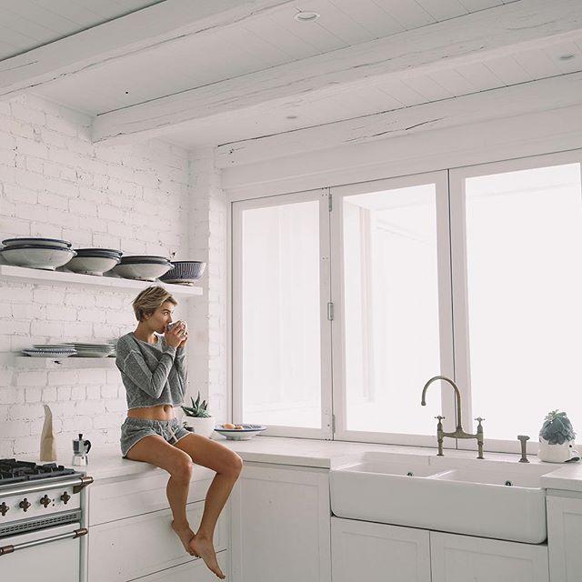 ~ morning brew ~⠀ .⠀ .⠀ .⠀ .⠀ .⠀ #JaneFleeceTop #LaneFleeceShorts #ComfortablyInteresting #RyseLife #RyseAndShine #MorningsLikeThese #MorningShot #Lazywear #Sleepwear #icu_architecture #nikonphotography #fashionpost #instastyle #lookbook #fashionlover #outfitoftheday #interior #homedecor #interiores #furniture #homestyle #focalmarked⠀