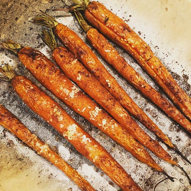 Dirty carrots... 🥰  Roasted and sprinkled with sea salt and cinnamon. Super yummy way to intensify your carrot experience 🥕🥕😋! . . . #veggies #carrots #yummy #vegetables #eatclean #eat #realfood #wellbeing #personaltrainer #healthcoach #food #homemade #cooking