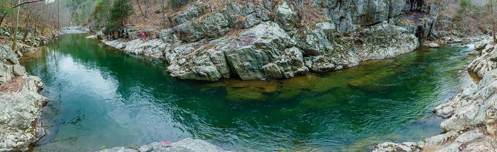 2017-02-18_pisgah-hot-springs_laurel-river-trail-gorge-swimming-hole-blue-green-water-pano.jpg
