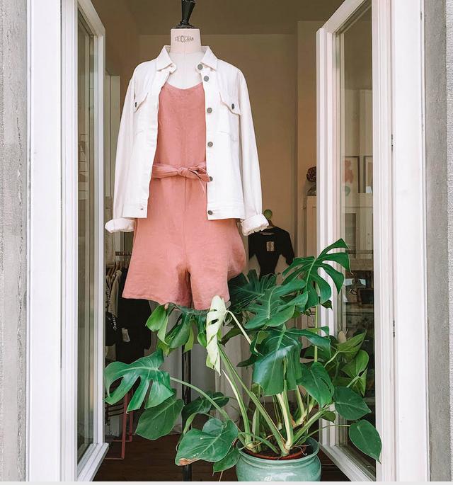 LES HEROS DU RETAIL - Après avoir géré sa boutique en ligne pendant deux ans, Katherine Wagnet décide d'ouvrir un vrai magasin physique à Bruxelles en décembre 2018. Chez Everybody Agrees, on pratique la mode consciente.