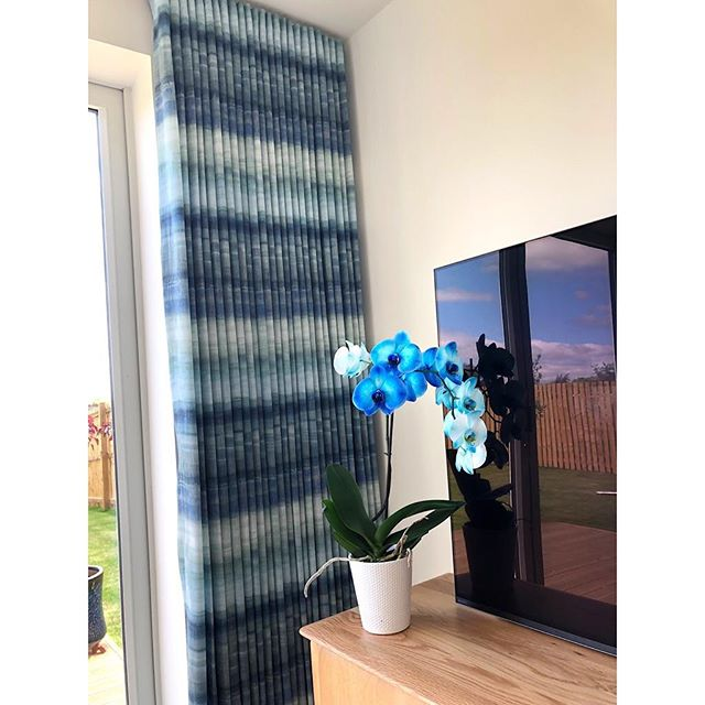 Final fit of the afternoon💙  curtains & a Roman blind in the most stunning @prestigioustextiles fabric! Part of their panoramic collection. • • • • #landscape #seapine #ptfabric #interiordesign #romanblind #curtains #panoramic