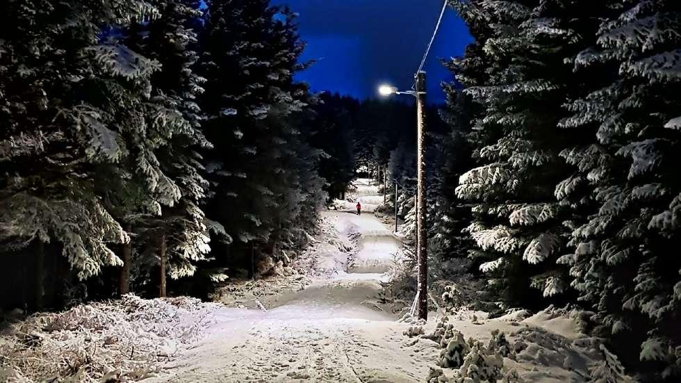 Lysløypa - Lysløypa starter og ender ved gressbanen. Den slynger seg ca. 2,5 km gjennom skogen, for det meste i flatt terreng. Enkelte steder går løypa gjennom fuktige myrområder, så vanntett fothyre anbefales om sommeren. Strekningen egner seg godt for barn.