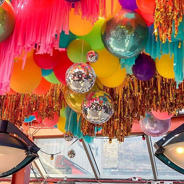 Disco Balls+Balloons...ceiling treatments just don't get better than this! 📸 @bubblegumballoons