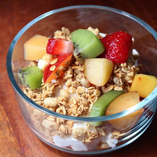 "This morning's yogurt parfait is hitting the spot ❤️ . A delicious combo of crunchy granola from @onedegreeorganics, 5% @fage plain greek yogurt and my #mealprep fruit salad with kiwi, plum, mango and strawberries. Nutrient gangs all here too 💪 . A few words on full fat vs. low fat dairy. Yes, full fat dairy with it's saturated fat fits in a balanced diet (all foods do) and if you're craving a creamy parfait, by all means enjoy! That said, I often hear the argument ""if they're taking out the fat, then what are they replacing it with?"" The answer...nothing! Except in the case of flavored yogurt and frozen yogurt where the sugar content can be high, the fat content is really the only thing that varies. That's why skim milk and whole milk don't taste the same. Just something to keep in mind if and when you pick your dairy options 😊"