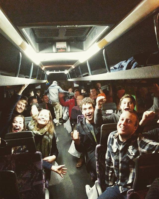 De sfeer op de bus zit goed! #jeugdhuizentocht