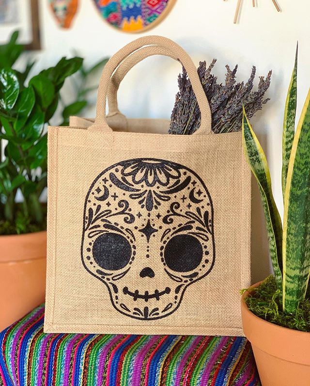 Haven't sold totes in so long but it was definitely time.  So happy to bring some your way in this awesome burlap style.  Quantities are limited so don't miss out. ✨🌜💀🌛✨ #thehappyskullstudio . . .✨Link in Bio✨ .  #calavera #burlaptote #jutebag #sugarskull #dayofthedead #diadelosmuertos #amor #love #tote #latina #shopsmallbusiness #handmadeisbetter #reusablebags #grocerybag #burlap #screenprinted #roadtrippin #lunchbag #farmersmarket #summertrip #latinadesigner