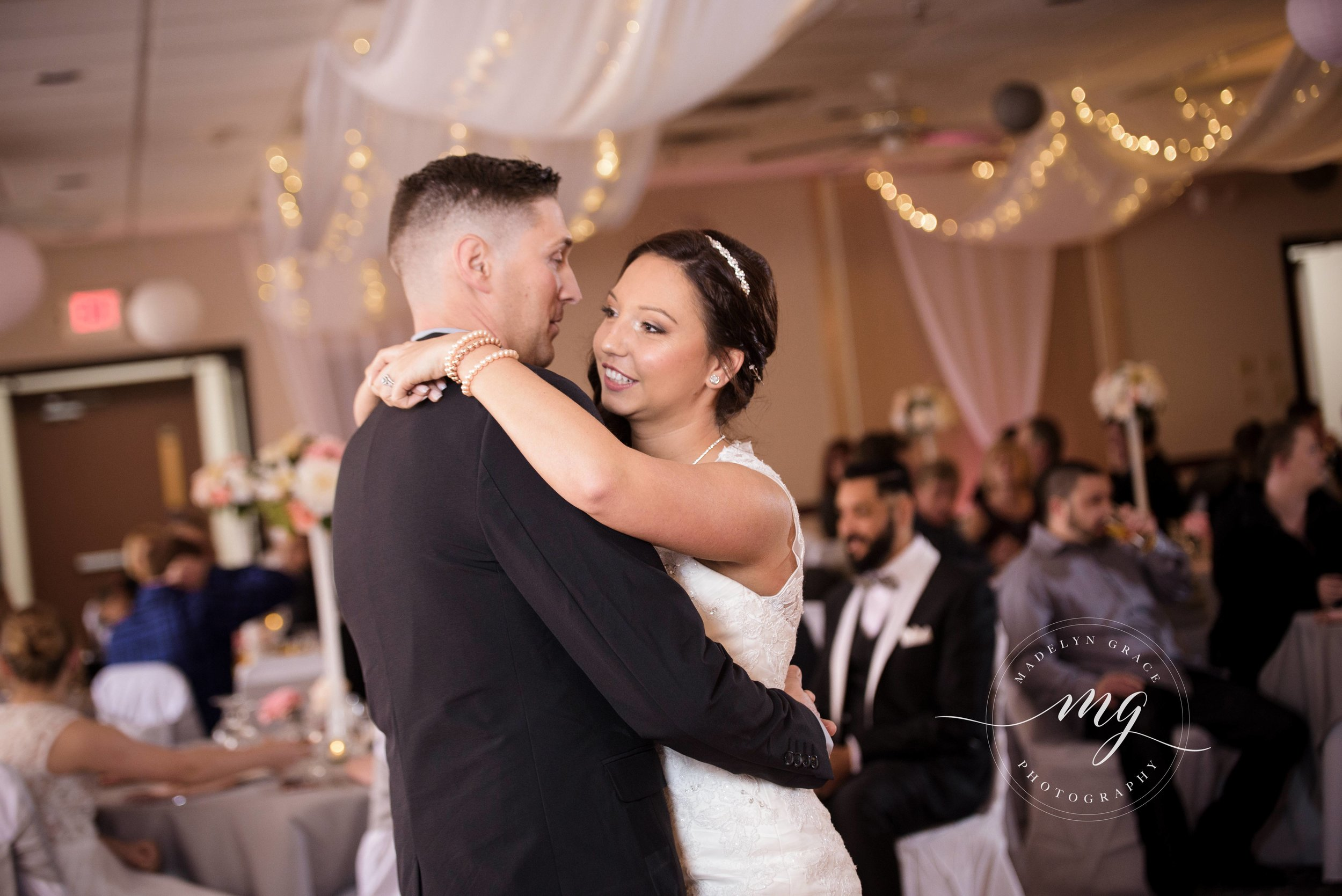 Michigan_wedding_photographer_first_dance.jpg