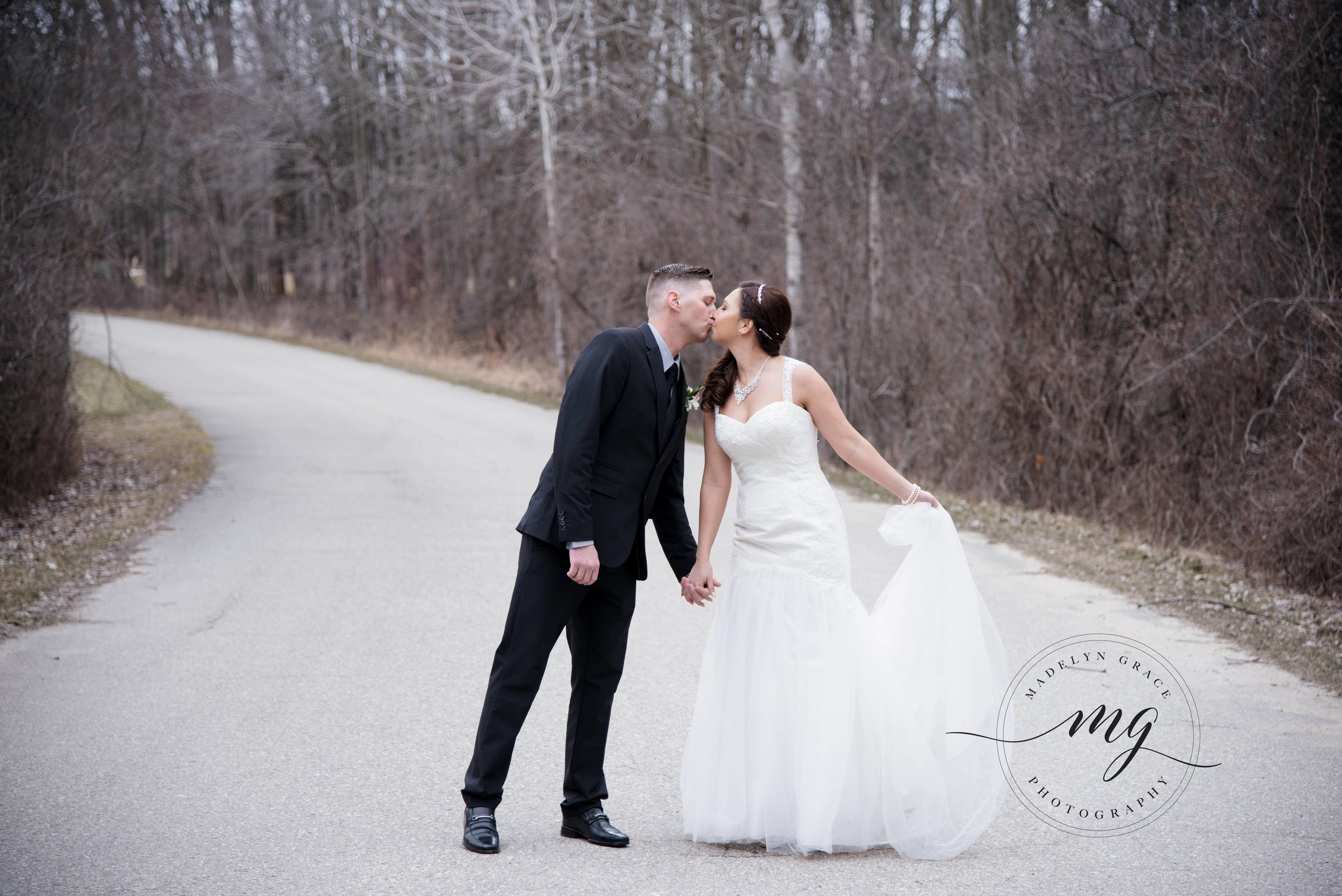 Michigan_wedding_photographer_outdoor_wedding_photos.jpg