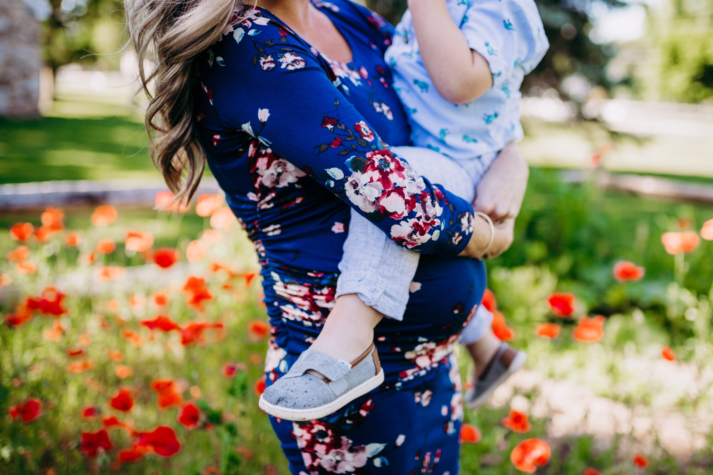 Lifestyle Maternity Photography Session in a Poppy Field _ Desiree Hoelzle Photography